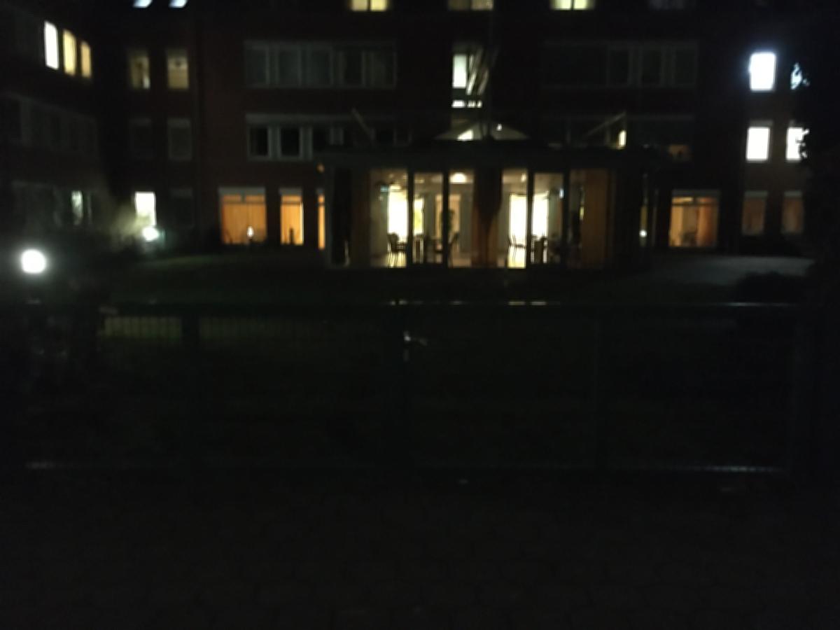 Lichter eines großen Hauses in der Nacht, leicht verscchwommen